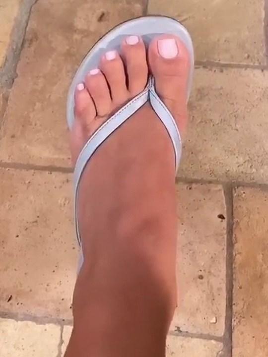 Kim Kardashian showing her five toes