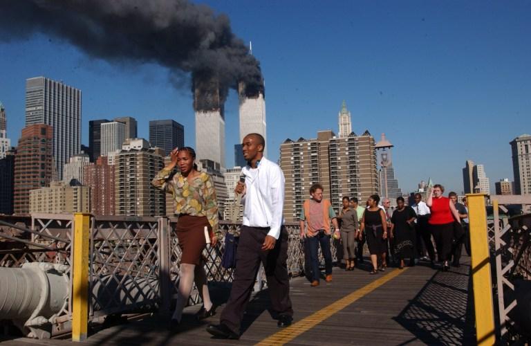 Photographie de personnes marchant sur le pont de Brooklyn