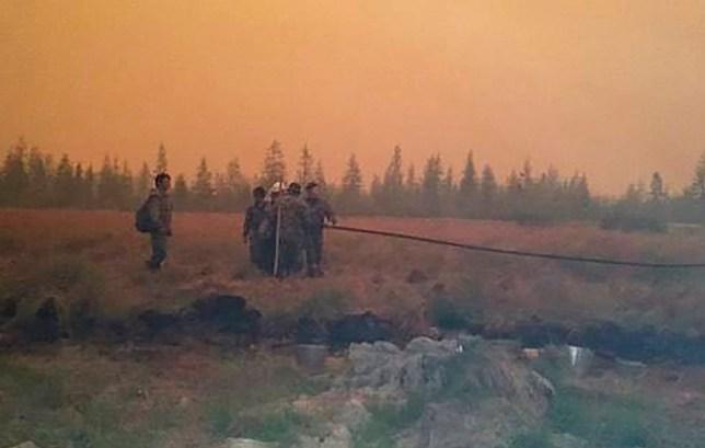 Incendies de forêt dans le village de Svatay au-dessus du cercle polaire arctique