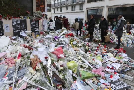 DOSSIER - Sur cette photo d'archive du 14 janvier 2015, des fleurs gisaient devant le siège de Charlie Hebdo à Paris.  Les attaques de janvier 2015 contre Charlie Hebdo et, deux jours plus tard, un supermarché casher, ont déclenché une vague de meurtres revendiqués par le groupe État islamique à travers l'Europe.  Dix-sept personnes sont mortes avec les trois assaillants.  Treize hommes et une femme accusés d'avoir fourni aux assaillants des armes et de la logistique sont jugés pour terrorisme mercredi 2 septembre 2020 (AP Photo / Jacques Brinon, dossier)