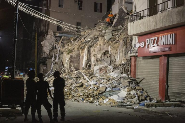 Les secouristes trient les décombres pour trouver un survivant potentiel 30 jours après l'explosion dans le port de Beyrouth, le 3 septembre 2020 à Beyrouth, au Liban.