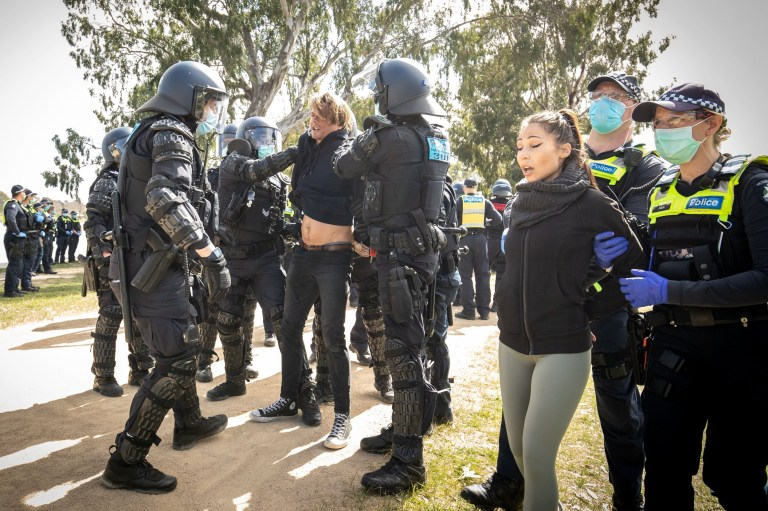 Des manifestants arrêtés par la police de Victoria.