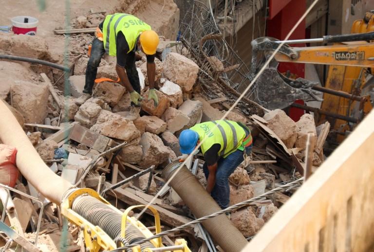 Des volontaires creusent les décombres des bâtiments qui se sont effondrés à cause de l'explosion dans la zone portuaire, après que des signes de vie aient été détectés, à Gemmayze, Beyrouth, Liban, le 5 septembre 2020. REUTERS / Mohamed Azakir