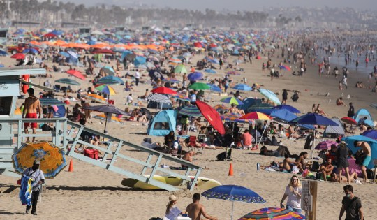 Les gens sur la plage pour la fête du travail en Californie