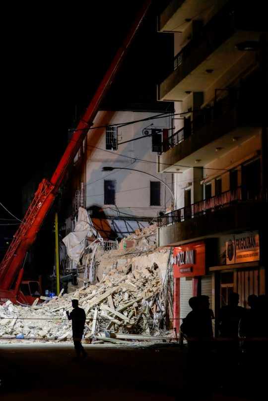 Les secouristes creusent les décombres d'un immeuble dans le quartier de Gemmayze, la capitale libanaise.