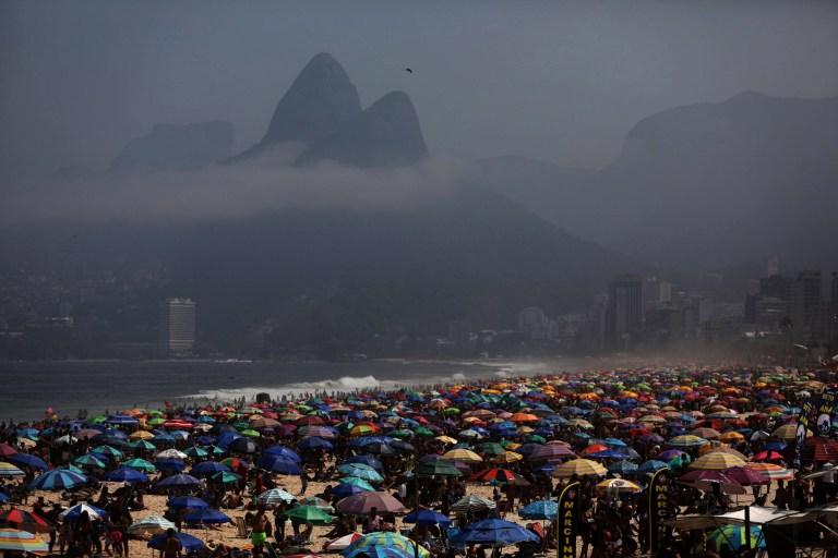 Des milliers de personnes emballent la plage d'Ipanema, Rio de Janeiro, Brésil, le 6 septembre 2020, malgré le bilan quotidien de 820 morts par coronavirus dans le pays d'Amérique du Sud et 4,1 millions de cas confirmés