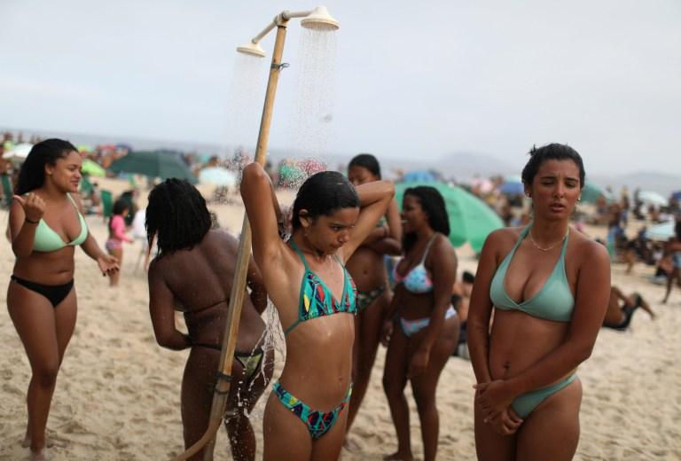 Les gens prennent une douche à la plage d'Ipanema, au milieu de l'épidémie de coronavirus (COVID-19), à Rio de Janeiro, au Brésil, le 6 septembre 2020.