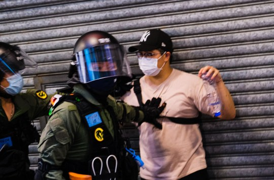 Crédit obligatoire: Photo de Keith Tsuji / SIPA / REX (10769007aa) Un homme est arrêté et interrogé par la police anti-émeute lors d'un rassemblement non autorisé le 6 septembre 2020 à Hong Kong, Chine.  La manifestation était contre la décision du gouvernement de reporter l'élection du conseil législatif en raison du coronavirus COVID-19 et de la loi sur la sécurité nationale.  Manifestations à Hong Kong, Chine - 06 septembre 2020