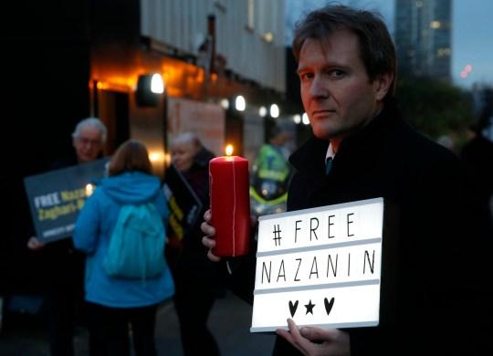 Richard Ratcliffe, époux de Nazanin Zaghari-Ratcliffe, binationale anglo-iranienne emprisonnée, pose lors d'une veillée menée par Amnesty International devant l'ambassade d'Iran à Londres.  Le mardi 8 septembre 2020, la télévision d'État iranienne, citant un responsable anonyme, a déclaré que Zaghari-Ratcliffe faisait face à une nouvelle accusation mais n'a pas donné de détails.  Zaghari-Ratcliffe avait été libérée de prison en raison de la pandémie de coronavirus après avoir purgé la quasi-totalité de sa peine de cinq ans.  Elle a été arrêtée lors de vacances avec sa petite fille en avril 2016.