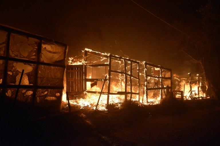 Le feu brûle des tentes de fortune dans le camp de réfugiés de Moria sur l'île de Lesbos, dans le nord-est de la mer Égée, en Grèce, le mercredi 9 septembre 2020.