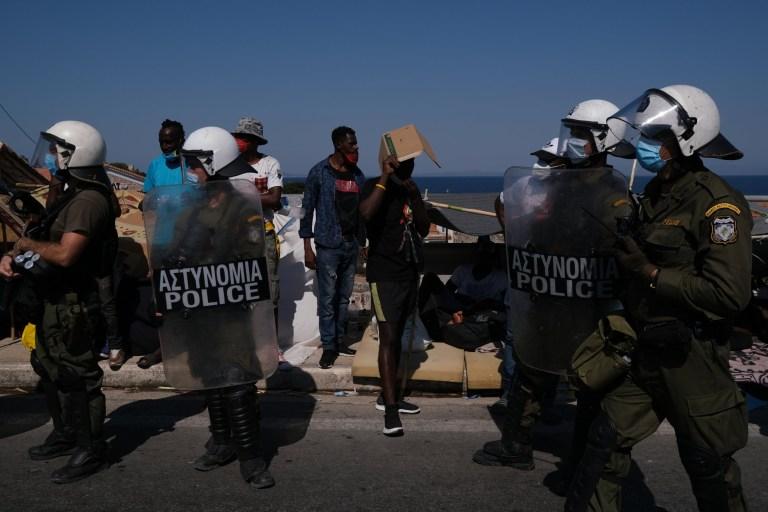 Photographie de la police bloquant les manifestants