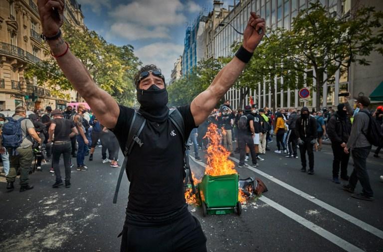 Un manifestant des Gilets jaunes, ou gilet jaune, se moque de la police alors que le retour aux manifestations après des semaines de silence est devenu violent le 12 septembre 2020 à Paris, en France.