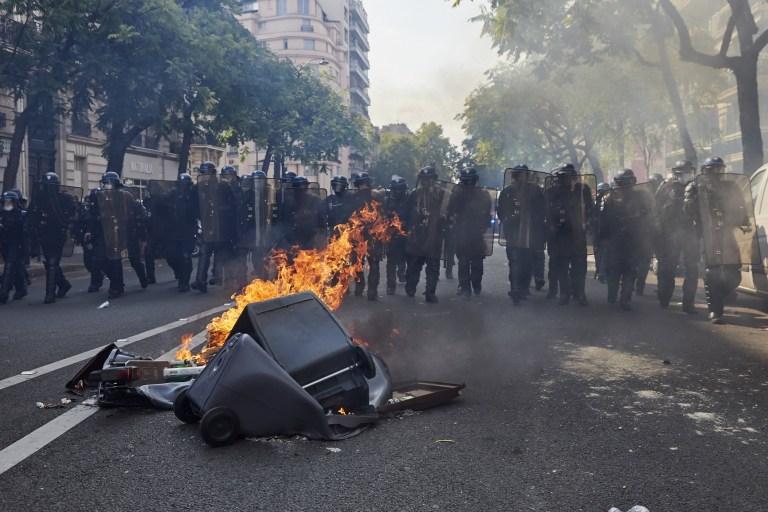Les manifestants des Gilets jaunes (Gilets Jaunes) se sont rassemblés place Wagram pour manifester contre le gouvernement français, à Paris, France le 12 septembre 2020.