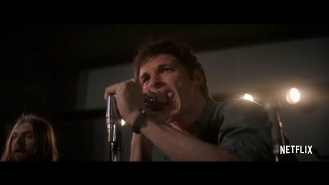 Eddie Redmayne as Tom Hayden in Netflix's The Trial of the Chicago 7