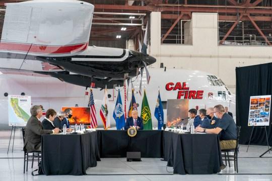 Le président Donald Trump participe à un briefing sur les incendies de forêt avec le gouverneur de Californie Gavin Newsom, centre gauche, à l'aéroport de Sacramento McClellan, à McClellan Park, en Californie, le lundi 14 septembre 2020.