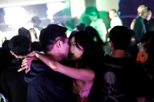 WUHAN, CHINE - 18 SEPTEMBRE: (CHINE OUT) Les gens dansent à l'intérieur du bar disco le 18 septembre 2020 à Wuhan, province du Hubei, Chine.  Comme il n'y a eu aucun cas enregistré de transmission communautaire à Wuhan depuis mai, la vie des résidents est revenue à la normale.  (Photo par Getty Images)