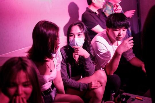 WUHAN, CHINE - 18 SEPTEMBRE: (CHINE OUT) Les gens boivent à l'extérieur du bar disco le 18 septembre 2020 à Wuhan, province du Hubei, Chine.  Comme il n'y a eu aucun cas enregistré de transmission communautaire à Wuhan depuis mai, la vie des résidents est revenue à la normale.  (Photo par Getty Images)