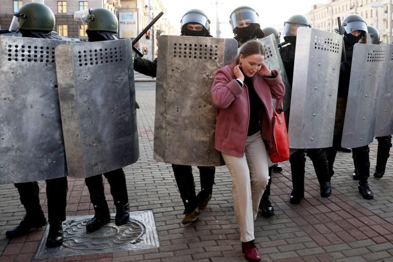 Une femme se bouscule avec des agents des forces de l'ordre alors qu'ils bloquent la route lors d'une manifestation appelée par le mouvement d'opposition pour la fin du régime du chef autoritaire à Minsk le 20 septembre 2020.