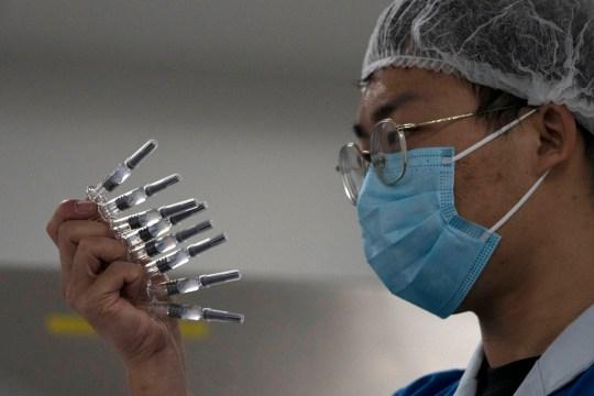 Un employé inspecte manuellement les seringues du vaccin anti-SRAS CoV-2 pour COVID-19 produit par SinoVac dans son usine de Pékin le jeudi 24 septembre 2020. Un responsable de la santé chinois a déclaré vendredi 25 septembre 2020 que le pays annuel la capacité de production de vaccins contre le coronavirus atteindra 1 milliard de doses l'année prochaine, à la suite d'un programme de soutien gouvernemental agressif pour la construction de nouvelles usines.  (Photo AP / Ng Han Guan)