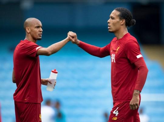 Fabinho y Virgil van Dijk chocan los puños antes del partido contra el Liverpool