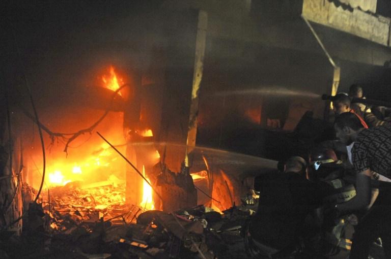 Des membres de la défense civile tentent d'éteindre l'incendie causé par l'explosion d'un entrepôt dans le quartier de Tariq El Jdide à Beyrouth, au Liban, le 9 octobre 2020. Deux personnes sont mortes et plus de 20 autres blessées dans une explosion dans un entrepôt de la capitale libanaise Beyrouth vendredi soir, a rapporté la chaîne de télévision al-Jadeed.