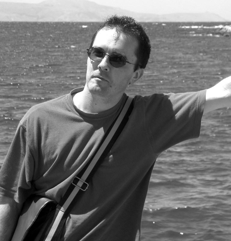 Samuel Paty, 47 ans, professeur d'histoire et de géographie, décapité devant une école près de Paris après avoir reçu des menaces de mort pour avoir montré des dessins animés du prophète Mahomet dans une leçon.
