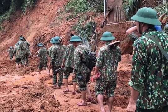 epa08754553 Secouristes en action lors d'une opération de recherche de personnes disparues après un glissement de terrain qui a laissé au moins 22 soldats disparus Province de Quang Tri, Vietnam, 18 octobre 2020. EPA / STR VIETNAM OUT EDITORIAL USE ONLY / NO SALES