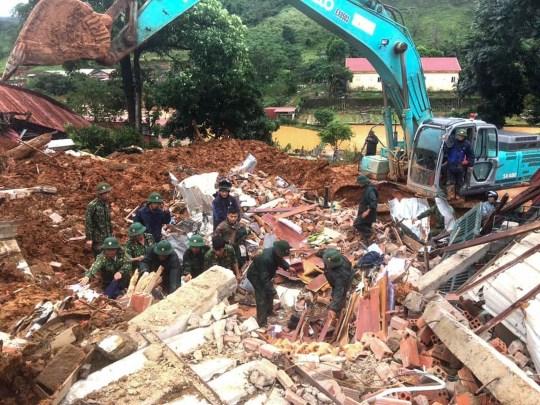 Cette photo prise le 18 octobre 2020 et publiée par l'Agence de presse du Vietnam le 18 octobre 2020 montre des militaires à la recherche de soldats disparus sur le site d'un glissement de terrain dans la province de Quang Tri, au centre du Vietnam.  (Photo par STR / Vietnam News Agency / AFP) (Photo par STR / Vietnam News Agency / AFP via Getty Images)