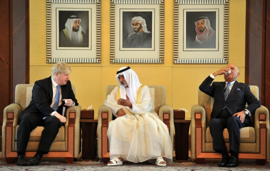 Crédit obligatoire: Photo par Andrew Parsons / REX / Shutterstock (2304223x) Le maire de Londres Boris Johnson avec HH Sheikh Nahyan Bin Mubarak Al Nahyan, ministre de la Culture et de la Jeunesse à Abu Dhabi.  Boris Johnson visite les Emirats Arabes Unis - 15 avril 2013
