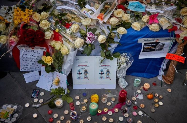 PARIS, FRANCE - 18 OCTOBRE: Des fleurs sont déposées pour l'instituteur assassiné Samuel Paty lors d'une veillée antiterroriste à la Place de la République le 18 octobre 2020 à Paris, France.  Des milliers de personnes ont manifesté leur solidarité et exprimé leur soutien à la liberté d'expression à la suite de l'attaque de vendredi.  La France a ouvert une enquête antiterroriste après l'incident du 16 octobre où la police a abattu l'agresseur de 18 ans qui avait décapité le professeur d'histoire-géographie pour avoir montré une caricature du prophète Mohamed comme exemple de liberté d'expression au Collège Bois d'Aulne école intermédiaire.  (Photo par Kiran Ridley / Getty Images) (Photo par Kiran Ridley / Getty Images)