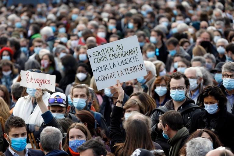 Les gens assistent à un rassemblement à la mémoire de Samuel Paty, le professeur de français décapité dans les rues de la banlieue parisienne de Conflans St Honorine le 18 octobre 2020 à Paris, France.
