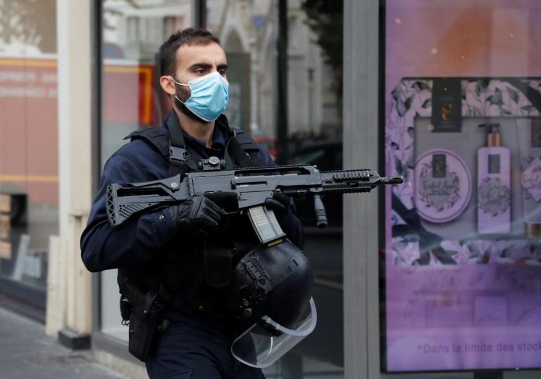 Un agent de sécurité sécurise la zone après une attaque au couteau signalée à l'église Notre-Dame de Nice, France, le 29 octobre 2020. REUTERS / Eric Gaillard