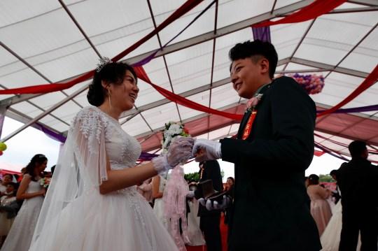 epa08784995 Couple Ying-Hsuan Chen (R) et Li-Chen Li (L) réagissent lors d'un mariage militaire de masse à Taoyuan, Taiwan, le 30 octobre 2020. Deux couples de même sexe se sont mariés dans le cadre d'un mariage de masse organisé par l'armée taïwanaise .  Selon les médias, c'est la première fois que des couples de même sexe se marient dans le cadre d'un mariage de masse organisé par l'armée depuis que Taiwan est devenu le premier pays d'Asie à légaliser le mariage homosexuel en mai 2019. EPA / RITCHIE B. TONGO