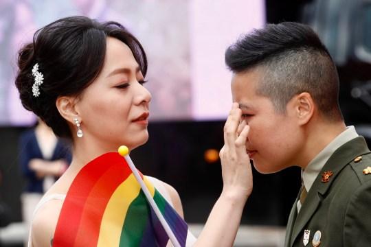 epa08784987 Couple Yi Wang (R) et Yumi Meng (L) réagissent lors d'un mariage militaire de masse à Taoyuan, Taiwan, 30 octobre 2020. Deux couples de même sexe se sont mariés dans le cadre d'un mariage de masse organisé par l'armée taïwanaise.  Selon les médias, c'est la première fois que des couples de même sexe se marient dans le cadre d'un mariage de masse organisé par l'armée depuis que Taiwan est devenu le premier pays d'Asie à légaliser le mariage homosexuel en mai 2019. EPA / RITCHIE B. TONGO