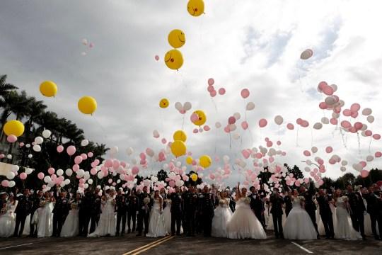 epa08785002 Une vue générale des couples militaires, y compris les couples LGBT Ying-Hsuan Chen, Li-Chen Li et Yi Wang, Yumi Meng, lors d'un mariage de masse militaire à Taoyuan, Taiwan, le 30 octobre 2020. Deux couples de même sexe se sont mariés dans le cadre d'un mariage de masse organisé par l'armée taïwanaise.  Selon les médias, c'est la première fois que des couples de même sexe se marient dans le cadre d'un mariage de masse organisé par l'armée depuis que Taiwan est devenu le premier pays d'Asie à légaliser le mariage homosexuel en mai 2019. EPA / RITCHIE B. TONGO