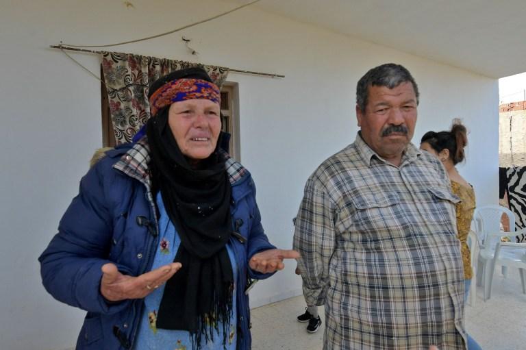 Les parents de l'assaillant niçois Brahim Aouissaoui, qui un jour plus tôt a tué trois personnes et en a blessé plusieurs autres dans la ville de Nice, dans le sud de la France, sont photographiés au domicile familial de la ville tunisienne de Sfax, le 30 octobre 2020. - Le couteau l'attaquant a tué trois personnes, coupant la gorge d'au moins une femme, à l'intérieur d'une église à Nice sur la Côte d'Azur.  (Photo par FETHI BELAID / AFP) (Photo par FETHI BELAID / AFP via Getty Images)
