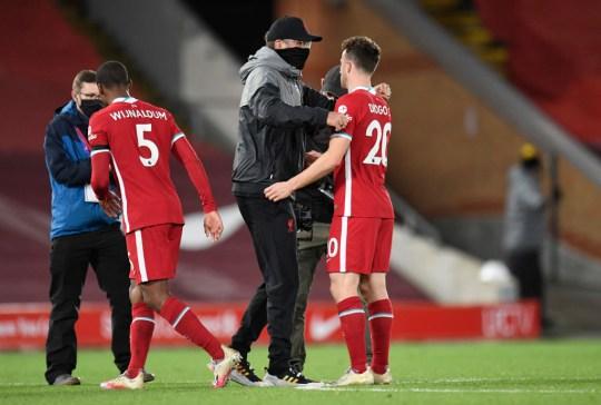 Jurgen Klopp abraza a Diogo Jota tras el choque de la Premier League con el West Ham