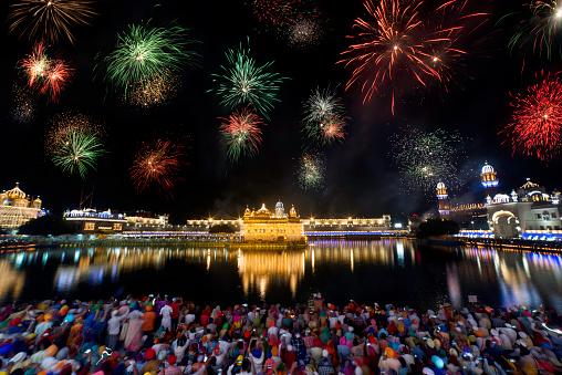feux d'artifice pour célébrer le gourou Nanak Gurpurab