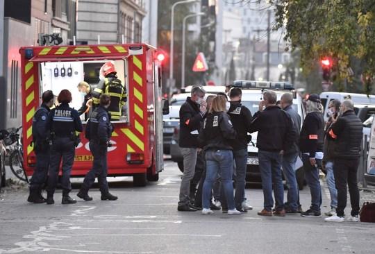 Personnel de sécurité et d'urgence à Lyon sur les lieux où un assaillant armé d'un fusil à canon tronqué a blessé un prêtre orthodoxe lors d'une fusillade avant de s'enfuir.