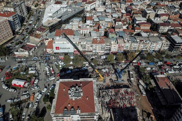 Cette vue aérienne prise le 1er novembre 2020 montre des volontaires et du personnel de sauvetage à la recherche de survivants dans un bâtiment effondré à Izmir, après qu'un puissant tremblement de terre a frappé la côte ouest de la Turquie et certaines parties de la Grèce.