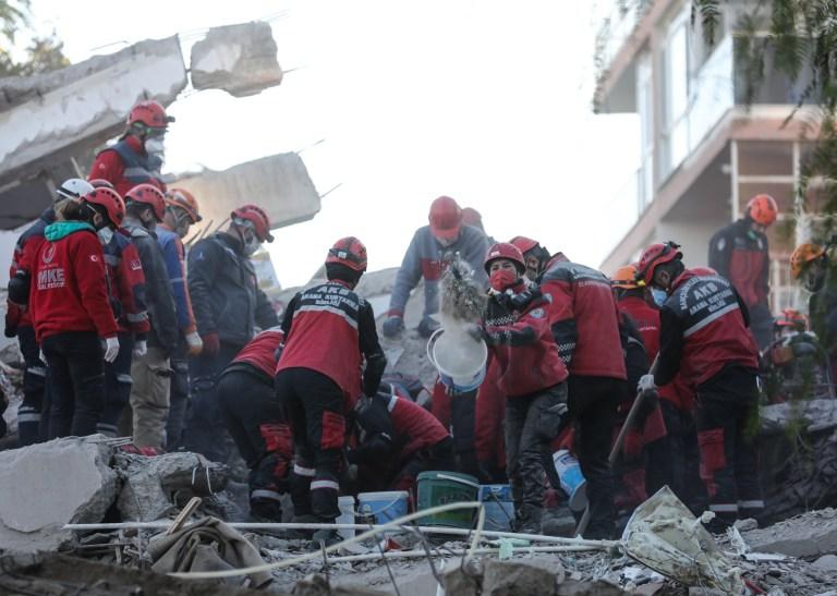 Les travaux de recherche et de sauvetage se poursuivent sur les débris situés dans le district de Bornova après qu'un séisme de magnitude 6,6 a secoué la côte turque de la mer Égée, à Izmir, en Turquie, le 1er novembre 2020.