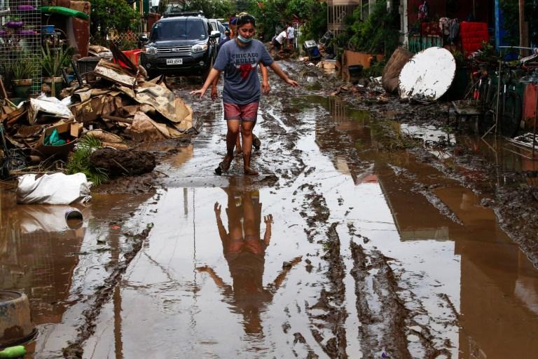 epa08792413 Un résident marche le long d'une rue boueuse dans un village touché par les inondations dues au typhon Goni dans la ville de Batangas, province de Batangas, située au sud de Manille, Philippines, le 2 novembre 2020. Le typhon Goni a fait 16 morts et 3 disparus après avoir frappé les Philippines ». Région de Bicol le 1er novembre, selon les rapports du Bureau de la protection civile du gouvernement.  EPA / ROLEX DELA PENA RÉÉDITIONNÉE AVEC TONIFICATION ALTERNATIVE