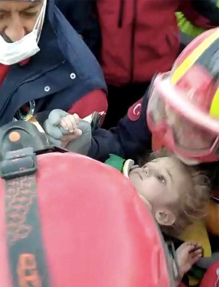 Elif Perincek, un survivant de trois ans, est emmené dans un immeuble effondré après un tremblement de terre dans la ville portuaire égéenne d'Izmir, en Turquie, le 2 novembre 2020.