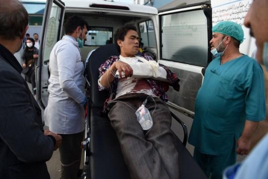 Un homme, blessé après que des hommes armés aient pris d'assaut l'université de Kaboul, arrive dans une ambulance à l'hôpital Isteqlal de Kaboul le 2 novembre 2020. - Des hommes armés ont pris d'assaut l'université de Kaboul le 2 novembre avant l'ouverture d'un salon du livre iranien, tirant des coups de feu et envoyant des étudiants en fuite, Des responsables et des témoins afghans ont déclaré.  (Photo par WAKIL KOHSAR / AFP) (Photo par WAKIL KOHSAR / AFP via Getty Images)