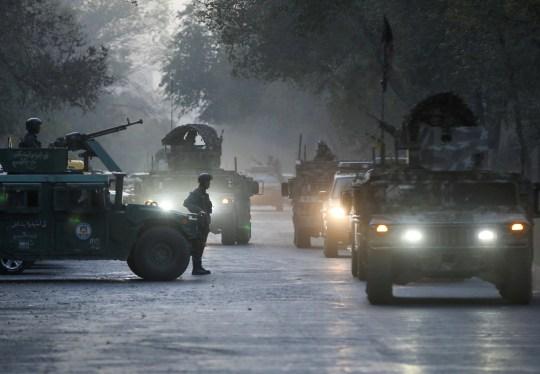 Les forces de sécurité afghanes quittent le site d'un incident après une attaque à l'université de Kaboul, en Afghanistan, le 2 novembre 2020. REUTERS / Omar Sobhani