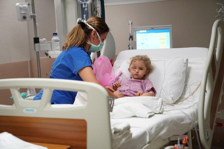 Une fillette blessée de trois ans, Elif Perincek, qui a été sauvée des débris près de 65 heures après qu'un séisme de magnitude 6,6 a frappé Izmir en Turquie, pose pour une photo à l'hôpital universitaire Ege le 2 novembre 2020.