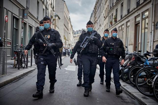 La police armée sécurise la zone autour de l'ancien siège de Charlie Hebdo