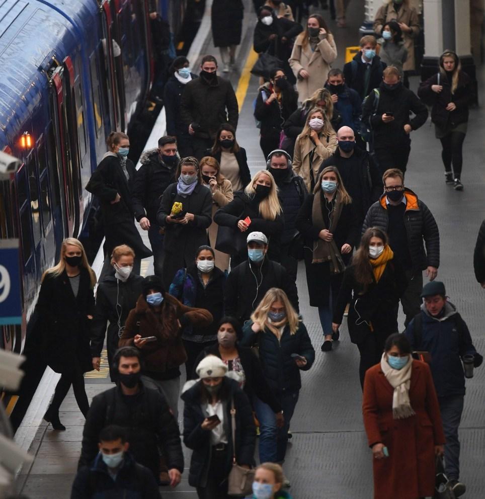 Viajeros en la estación de Waterloo, Londres, a las 0813 en la hora punta de la mañana al comienzo de un bloqueo nacional de cuatro semanas para Inglaterra