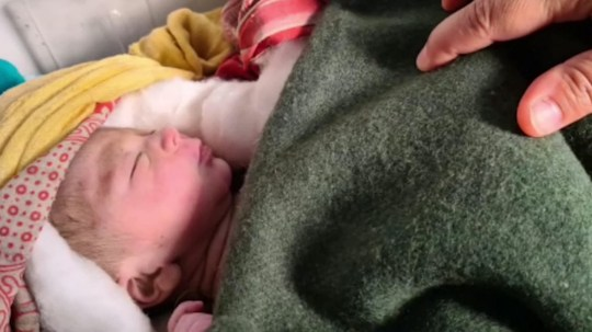 Un nouveau-né a été sauvé après avoir été retrouvé enterré vivant dans une ferme à Khatima, en Inde