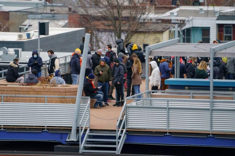 Des gens se tiennent sur le toit des bureaux d'Ubisoft lors d'une opération de police